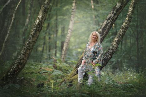 Hauke Kranz, Pianistin - im Wald an einen Baum gelehnt