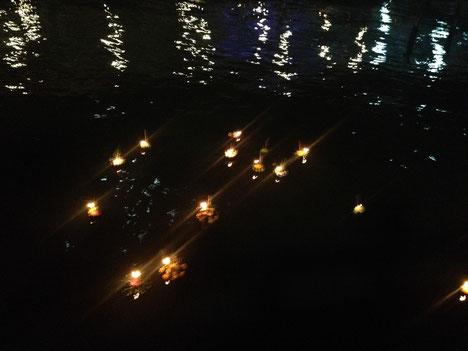 Krathong im Wasser