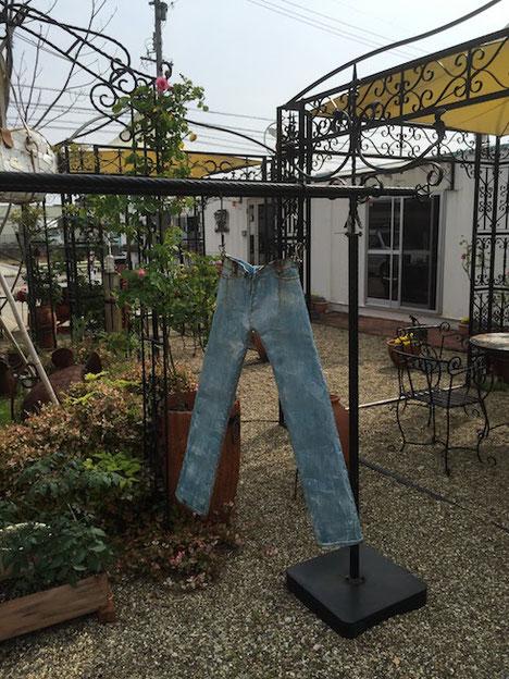 物干に干してあるジーンズ。もちろんこちらのジーンズもアイアンで出来ている!