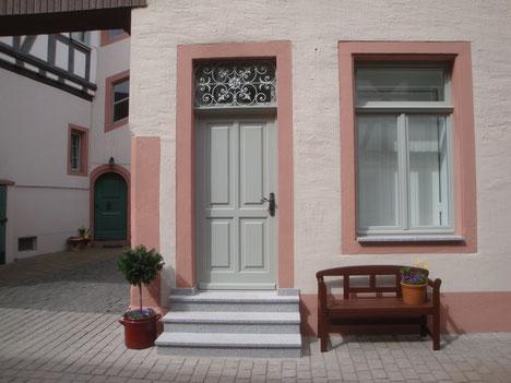 Der Eingang der Privatpraxis für Physiotherapie Fabienne Trautmann in Babenhausen (Hessen)