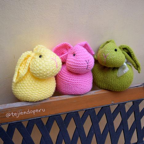 Conejos hechos de un cuadrado tejido