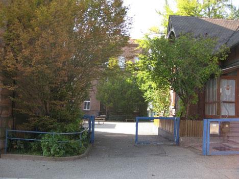 Eingang zum Schulhof, Tor ist immer offen!
