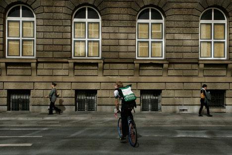 Urbaner Fahrradkurier in Frankfurt vor barocker Fassade