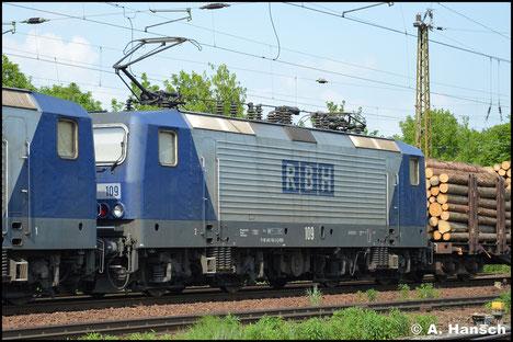 143 936-3 (RBH 109) und Vorspannlok 143 041-2 (RBH 103) ziehen am 11. Mai 2016 einen schweren Holzzug durch Leipzig-Wiederitzsch