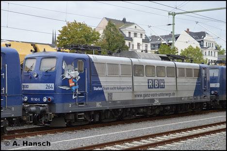 Die RBH stellt aktuell ihre Loks der BR 151 ab und ersetzt sie durch die BR 145. 151 143-5 (RBH 264) ist eine der Maschinen, die am 3. Oktober 2018 in Chemnitz Hbf. auf den Verschub ins Stillstandsmanagement warten