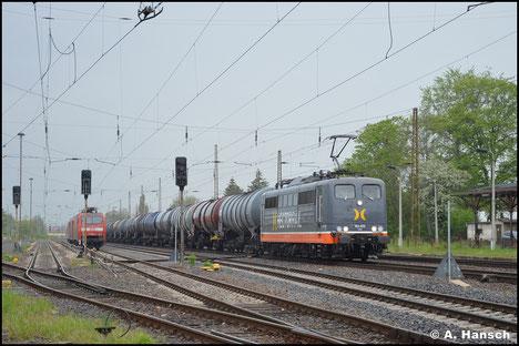 Am 14. Mai 2021 fährt 151 070-0 von Hectorrail durch Leipzig-Wiederitzsch. Am Haken hat sie einen Kesselwagenzug