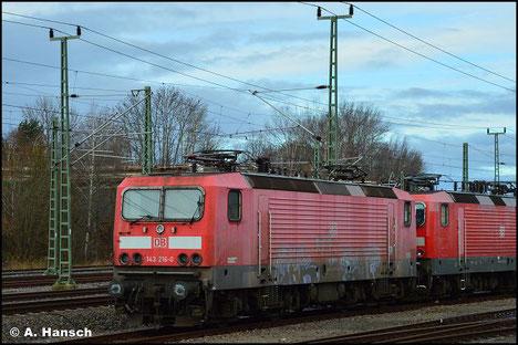 Am 7. November 2018 wird 143 216-0 in einem Lokzug von Karsdorf nach Chemnitz überführt. Hier ist sie in Chemnitz-Süd zu sehen