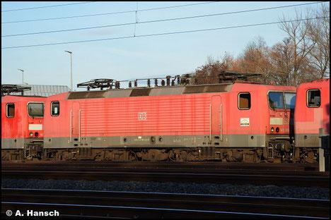 143 965-2 wird am 7. November 2018 in einem Lokzug von Karsdorf nach Chemnitz überführt. Hier ist die Lok in Chemnitz-Süd zu sehen