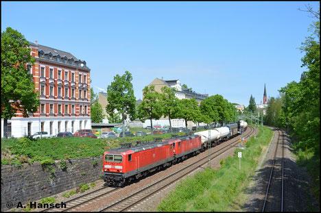 143 036-2 zieht vor 143 807-6 den EZ 51088 durch die Stadtlage von Chemnitz (4. Mai 2018)