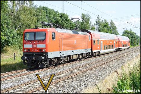 Der 16. Juli 2015 ist ein Bilderbuchsommertag. 143 919-9 durchfährt mit ihrer RB aus Zwickau die kleine Blockstelle Niederhohndorf