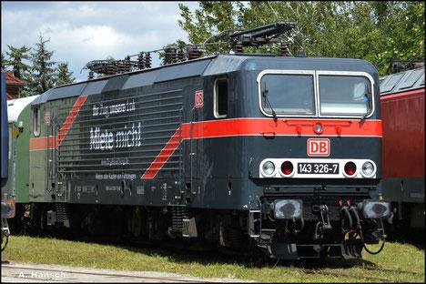 """In Anlehnung an die """"Weiße Lady"""" (143 001-6) hat die DB ihre Mietlok 143 326-7 zu einer """"schwarzen Lady"""" gemacht. Am 31. Juli 2021 ist die schicke Maschine zum Bw-Fest Weimar zu Gast"""