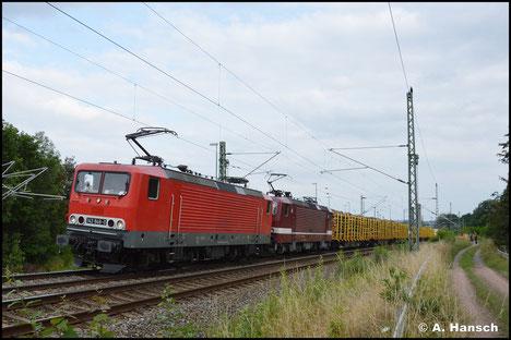 Im Dienste von EBS und vor 143 936-3 zieht die Lok am 20. Juli 2921 einen Holzzug durch Chemnitz-Furth gen Riesa
