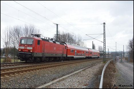 Am 22. März 2016 ist 143 891-0 inzwischen aus Halle in Dresden beheimatet und durchfährt mit RB nach Elsterwerda den ehem. Abzweig Furth in Chemnitz