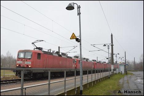 143 312-7 zieht am 27. Januar 2018 einen Lokzug mit 5 weiteren 143ern von Leipzig-Engelsdorf nach Niederau ins dortige Stillstandsmanagement. In Chemnitz-Hilbersdorf Hp entstand ein Notschuss auf den Zug