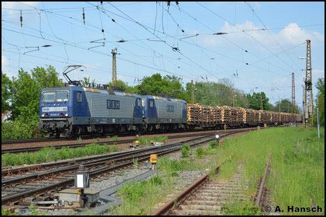 143 041-2 (RBH 103) hat am 11. Mai 2016 Vorspann vor 143 936-3 (RBH 109). Das Paar zieht einen schweren Holzzug durch Leipzig-Wiederitzsch