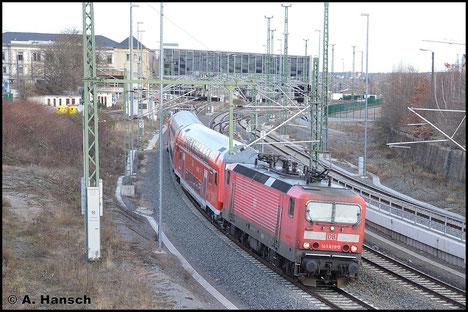 """Am 9. Februar 2016 verlässt 143 829-0 mit RB nach Zwickau den Chemnitzer Hbf. Diese RB ist als """"Sandwich"""" unterwegs, hat also eine weitere Lok am Zugschluss. Es handelt sich um 143 038-8"""
