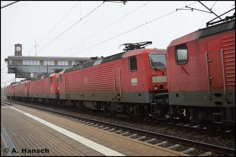 143 881-1 ist am 27. Januar 2018 in einen Lokzug nach Niederau eingereiht. Am Hp Chemnitz-Hilbersdorf entstand ein Bild der Lok, die im Stillstandsmanagement abgestellt wird