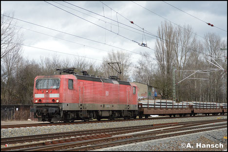 Mit Schwellenzug durchfährt 143 062-8 am 29. Januar 2018 Leipzig-Thekla