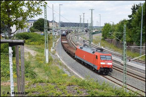 Am 31. Juli 2015 zieht 152 119-4 den EZ 45320 als Umleiter durch Chemnitz Hbf.