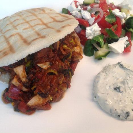 Griekse lamsstoofpot met Tzatziki en Griekse salade.
