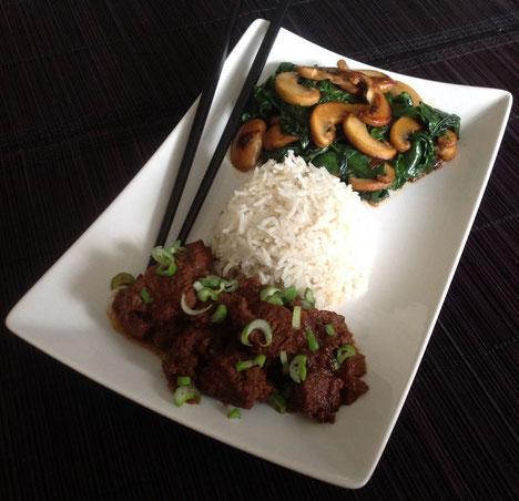 Daging Smoor met basmati rijst en een roerbakschotel met spinazie, ui, champignons en knoflook.