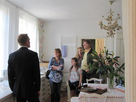 Hausherr bei der Führung durchs Landhaus