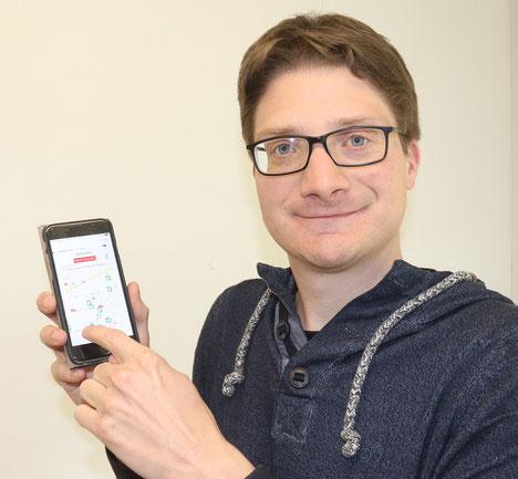"""CDU-Kreisvorsitzender Timo Lübeck hofft in der App """"Defikataster"""" bald mehr heimische Standorte zu finden."""