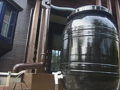 ウッドデッキの隣に雨水エコタンク取り付け。ハンドメイド品