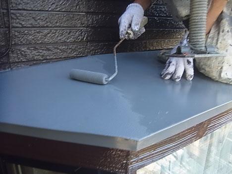 庇屋根塗り替え状況。 グレー色