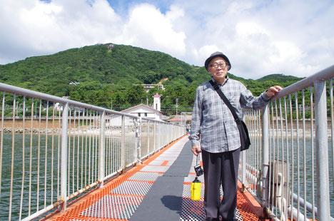 須磨の鉢伏山(左側の大きな山)と須磨海づり公園の受付棟をバックに記念撮影。下は同園と平磯海づり公園、マリンピア神戸 魚の学校の、秋の行事予定です!