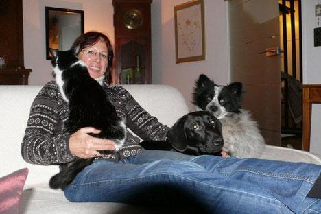 Marlies Filler (1. Vorstand) mit ein paar ihrer Pflegetiere