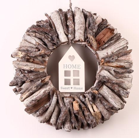 """Treibholz Dekoration in weiß-grau mit """"Home Sweet Home"""" Häuschen"""