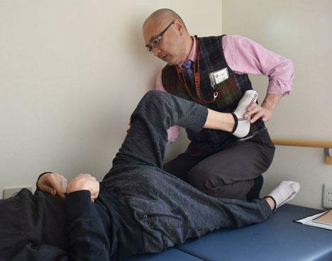 身体の状態を見極めるため 関節の動く範囲や麻痺の状態を確かめる