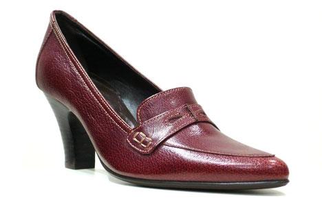 Zapato salón pala estilo mocasín con antifaz, marca Patricia, piel grabada en color burdeos.
