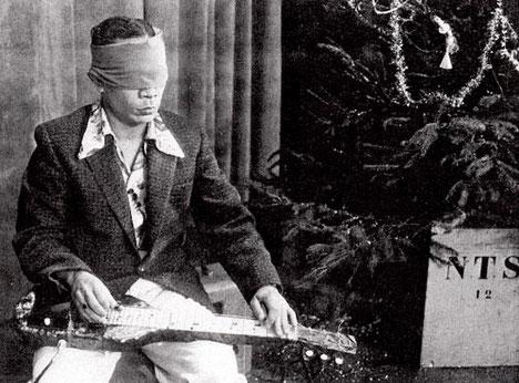 GEORGE DE FRETES speelt geblinddoekt Ticklin' The Strings (AVRO TV Weekend-Show 20-12-958) (fotocollectie: Jean Thomassen)