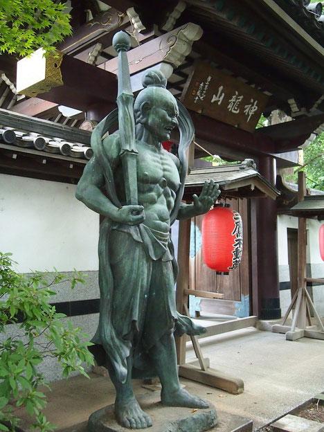 7月23日(2015)神龍山井口院の山門:山門の左右に立つ仁王像のひとつ