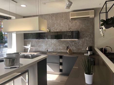 cuisine intérieur design toulouse laque mat gris plan de travail silestone taupe ilot central en corian blanc hotte en corian