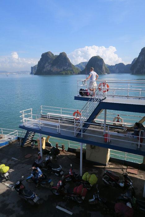 Sur le ferry pour Halong city