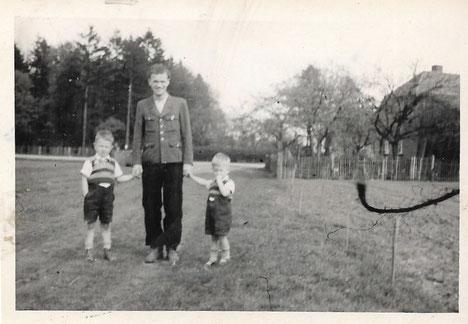 Dr. Allinger mit uns Buben 1945 in Wietzendorf