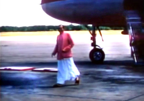 1956 : Meher Baba arriving at Wilmington Airport. Image captured by Anthony Zois from a film by Sufism Reoriented.