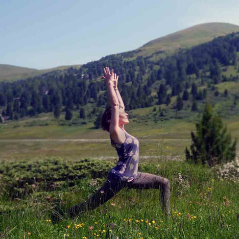 Ab ins Grüne! Eine Yoga-Sequenz ohne Matte.