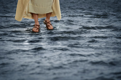 Le fait que  l'ange puissant enveloppé d'une nuée pose son pied droit sur la mer n'a rien d'étonnant car sur terre, Jésus a démontré qu'il pouvait sans problème marcher sur l'eau. Quand ils le virent marcher sur l'eau, ils furent pris de panique.