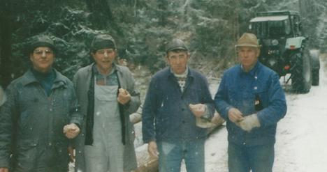 Nach getaner Arbeit machen vier Mann machen Brotzeit. Sie haben sie sich verdient.