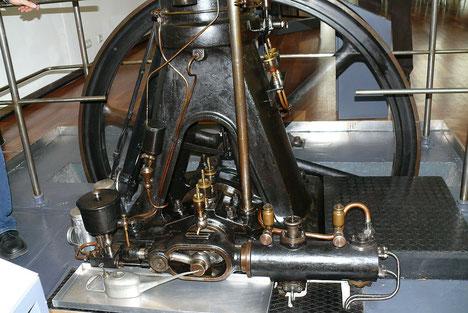 Kraftstoffzerstäubung durch Einblasung, Anbringung des Luftpumpenzylinders, MAN-Motors DM 10, Baujahr 1905