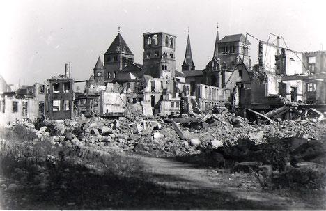 Blick auf die zerstörte Grabenstraße auf den schwer beschädigte Dom und die Liebfrauenkirche