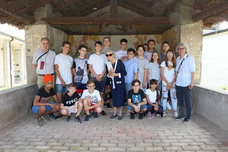 Foto di gruppo presso la Cappella dei Morti del Contagio insieme alla professoressa Verga a cui il progetto è stato dedicato.