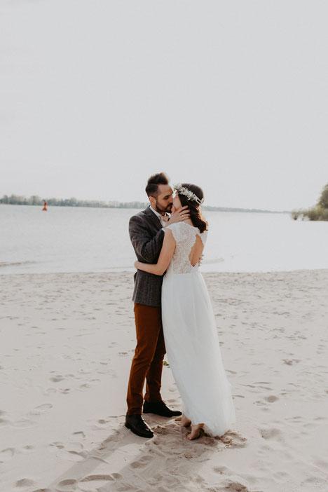 Hochzeit-an-der-elbe-braut-mit-kranz-falkensteiner Ufer