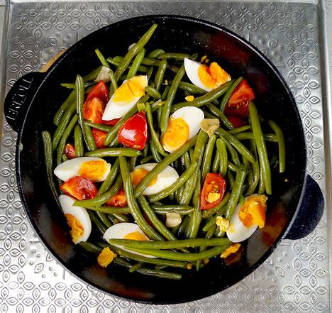 Grüne Bohnen mit Tomaten, Knoblauch und Eiern