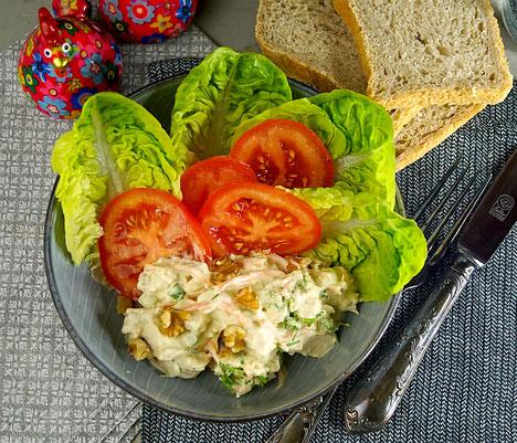 Salat mit Huhn, Sellerie und Nüssen