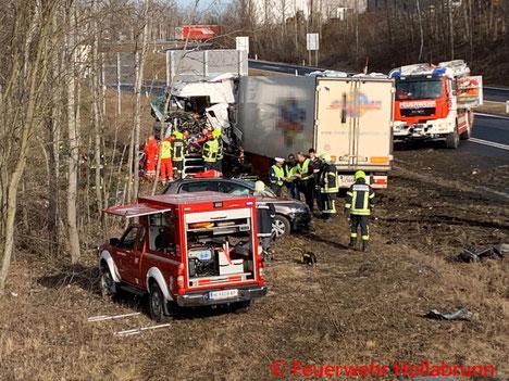 Feuerwehr; Blaulicht; BFKDO Hollabrunn; Verkehrsunfall; LKW; PKW; S3;